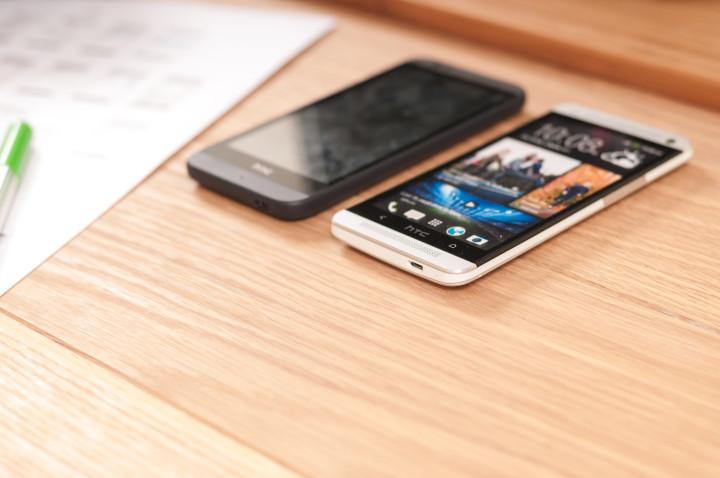 telefon na stoliku