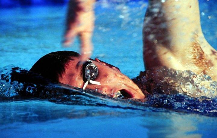 p;ający kraulem mężczyzna na basenie