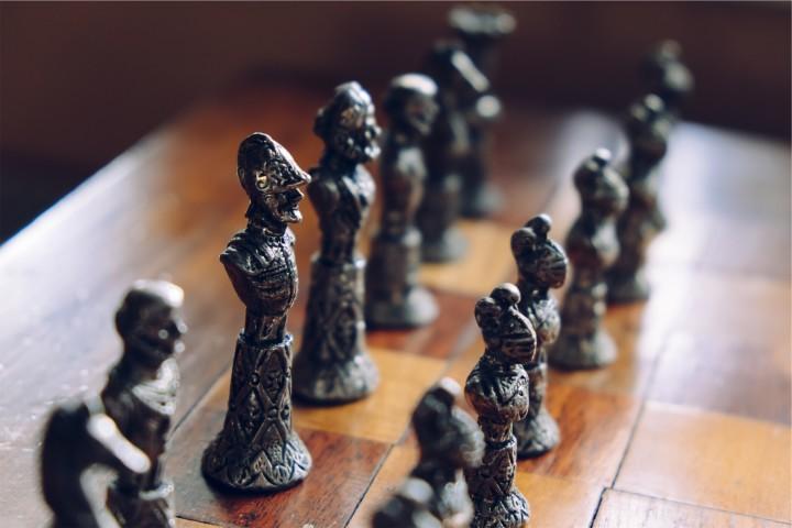 szachownica gotowa do gry w szachy
