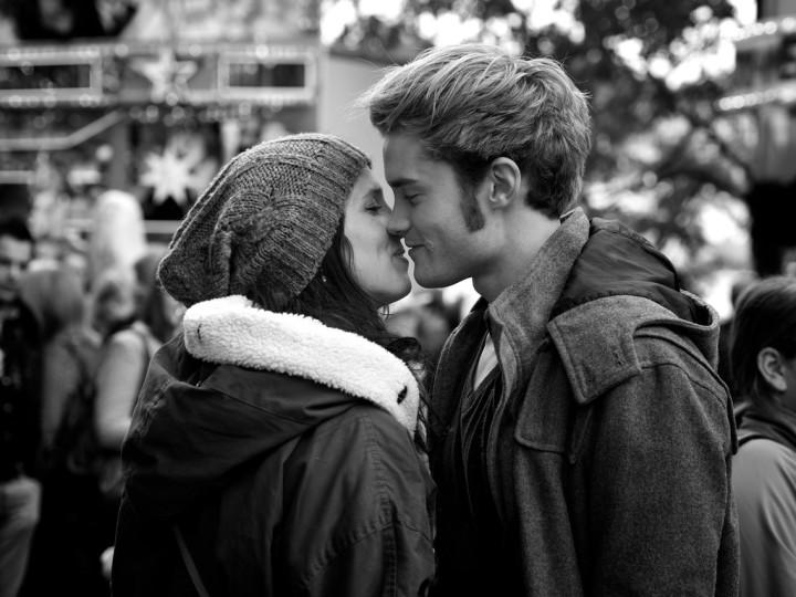 zakochani przed pocałunkiem