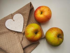 jabłka na tle serca