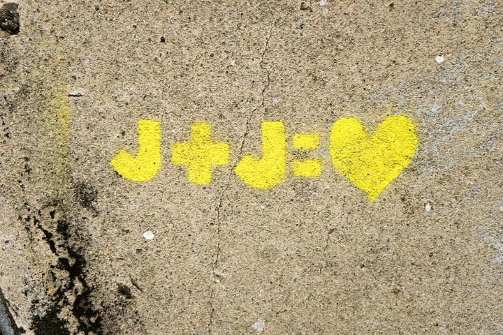 graffiti zakochanych na ścianie