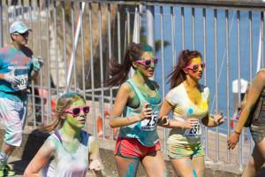 kolorowe,biegnące kobiety w maratonie