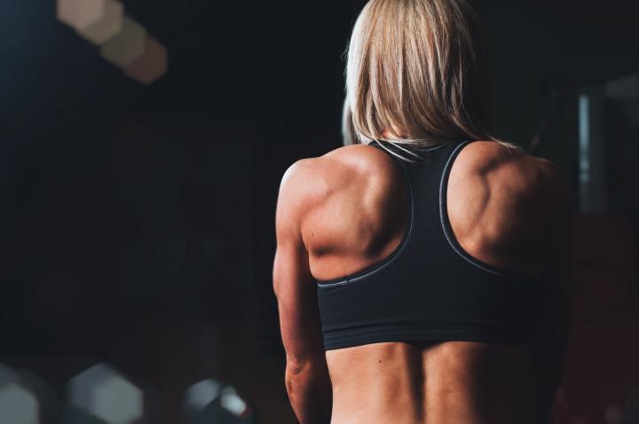 umięśniona kobieta w trakcie treningu siłowego