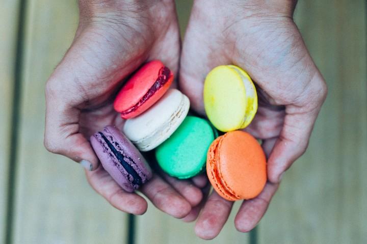 różnokolorowe ciastka w otwartych dłoniach