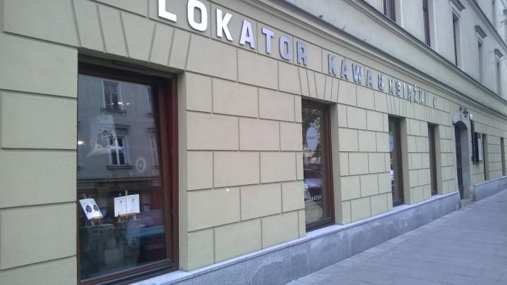 """frontowe wejście do Księgarni """"Lokator"""" w Krakowie"""