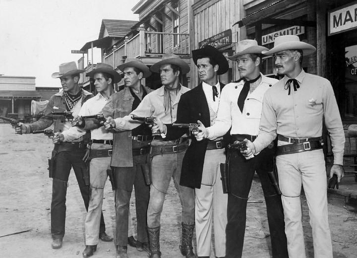 mężczyźni w szeregu z rewelworami