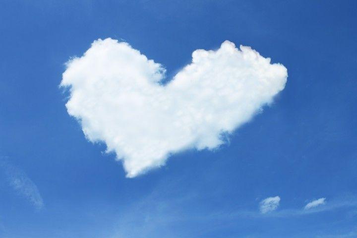 kłębiasta chmura na niebie wkształcie serca