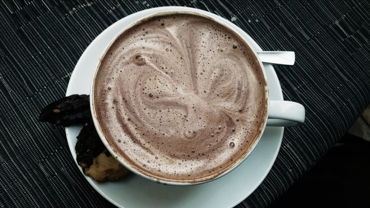 biała filiżanka gorącej czekolady z pianką