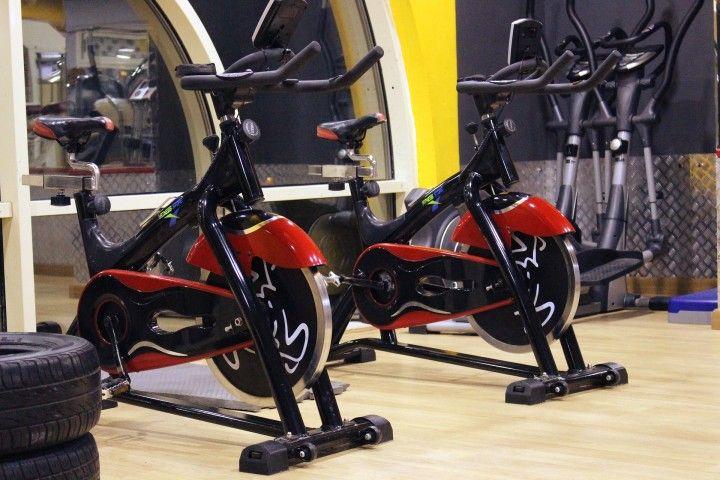rowerki treningowe w sali fitness