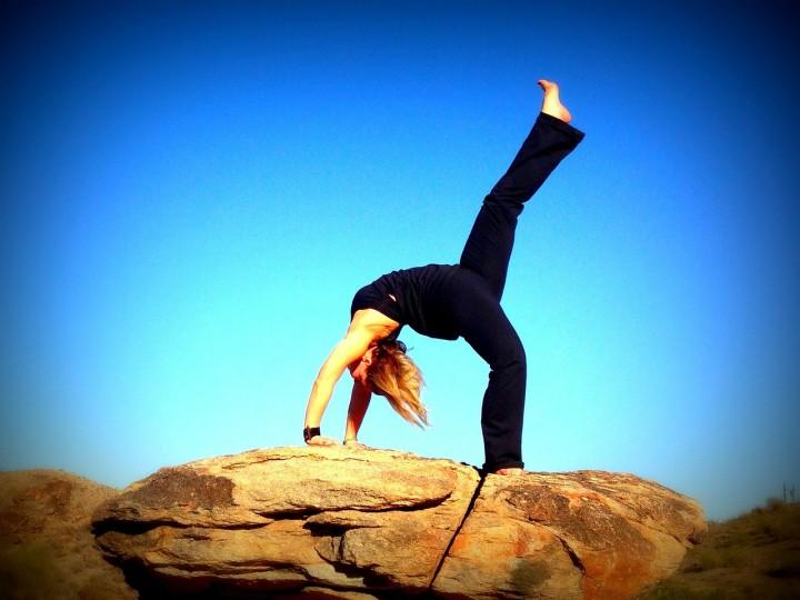 kobieta ćwicząca joge na skale