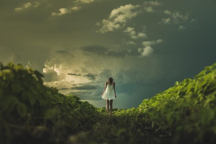 kobieta stojaca na krawędzi