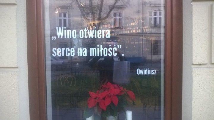 okno wystawowe sklepu z winami