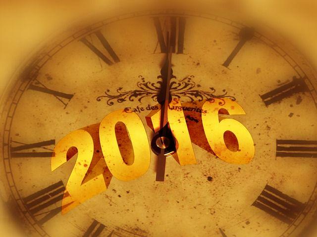 złta tarcza zegara odmmierzającego czas z Nowym 2016 Rokiem