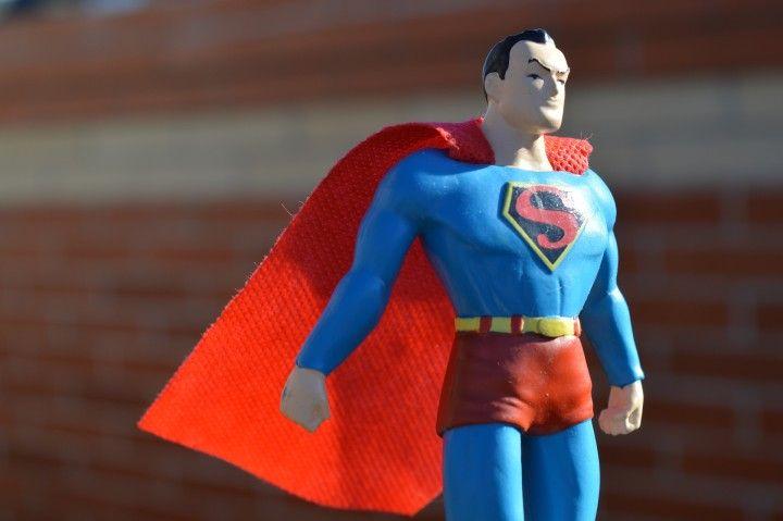 figurka supermana stojąca na wietrze