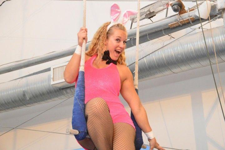 roześmiana blondynka na huśtawce przebrana za króliczka playboya