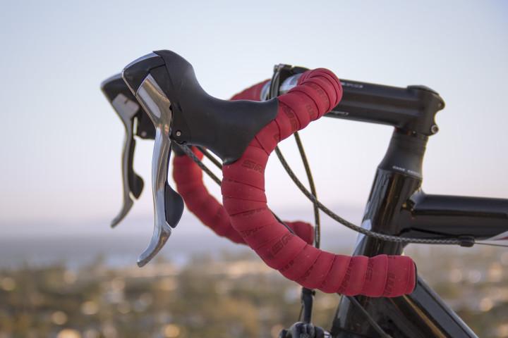 czerwona kierownica sportowego roweru