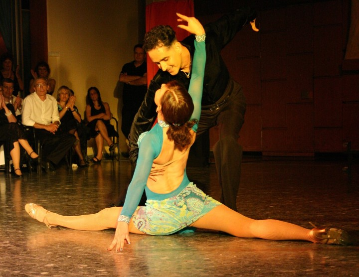 tańczaca para na parkiecie taniec latino kobieta w szpagacie