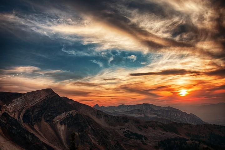 wspaniały zachód słońca nad szczytami gór