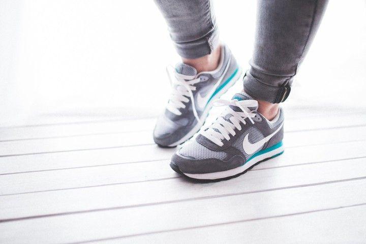 kobieta w obuwiu sportowym gotowym do treningu