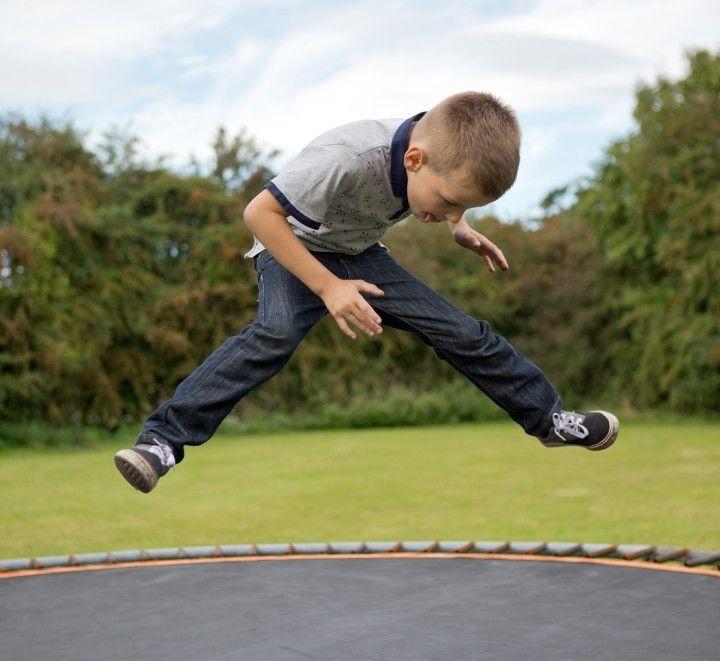 mały chłopiec skaczący na trampolinie