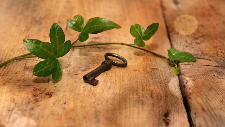 klucz leżący na drewnianym stole