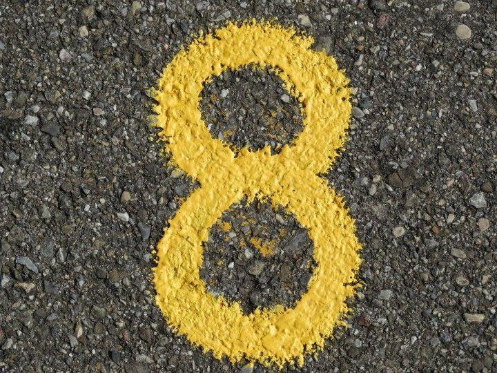 numer ósemka namalowany żółtą farbą