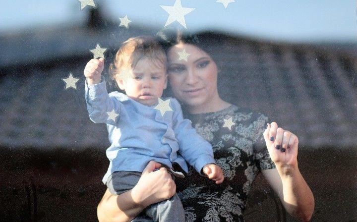 mama z synkiem stojąca przy oknie