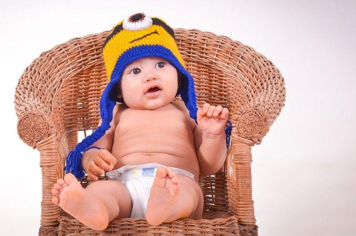 mały niemowlak chłopak siedzący na krześle