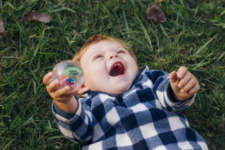 roześmiany chłopiec w trawie