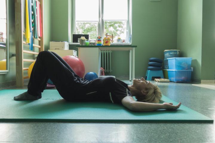 ćwiczenie mięśni Kegla w pozycji leżenia na plecach