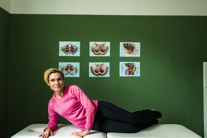 Ćwicząca kobieta- ćwiczenie miesni Kegla w leżeniu na boku