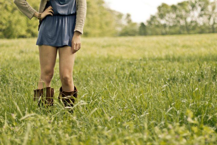 dziewczyna stojąca w wysokiej trawie
