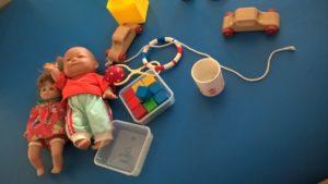 stół rehabilitacyjny z zabawkami stymulującmi rozwój dziecka-0-1 rok życia
