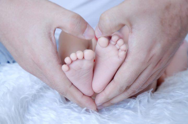 dłonie ojca-stópki dziecka