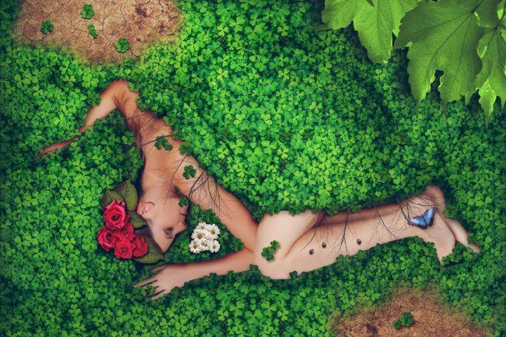 kobieta leżąca wśród kwaikwiatów i zieleni