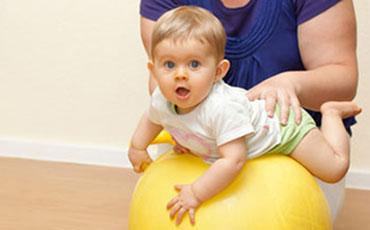 ćwiczenia na piłce z niemowlakiem