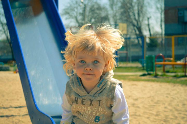 mały chłopiec na placu zabaw