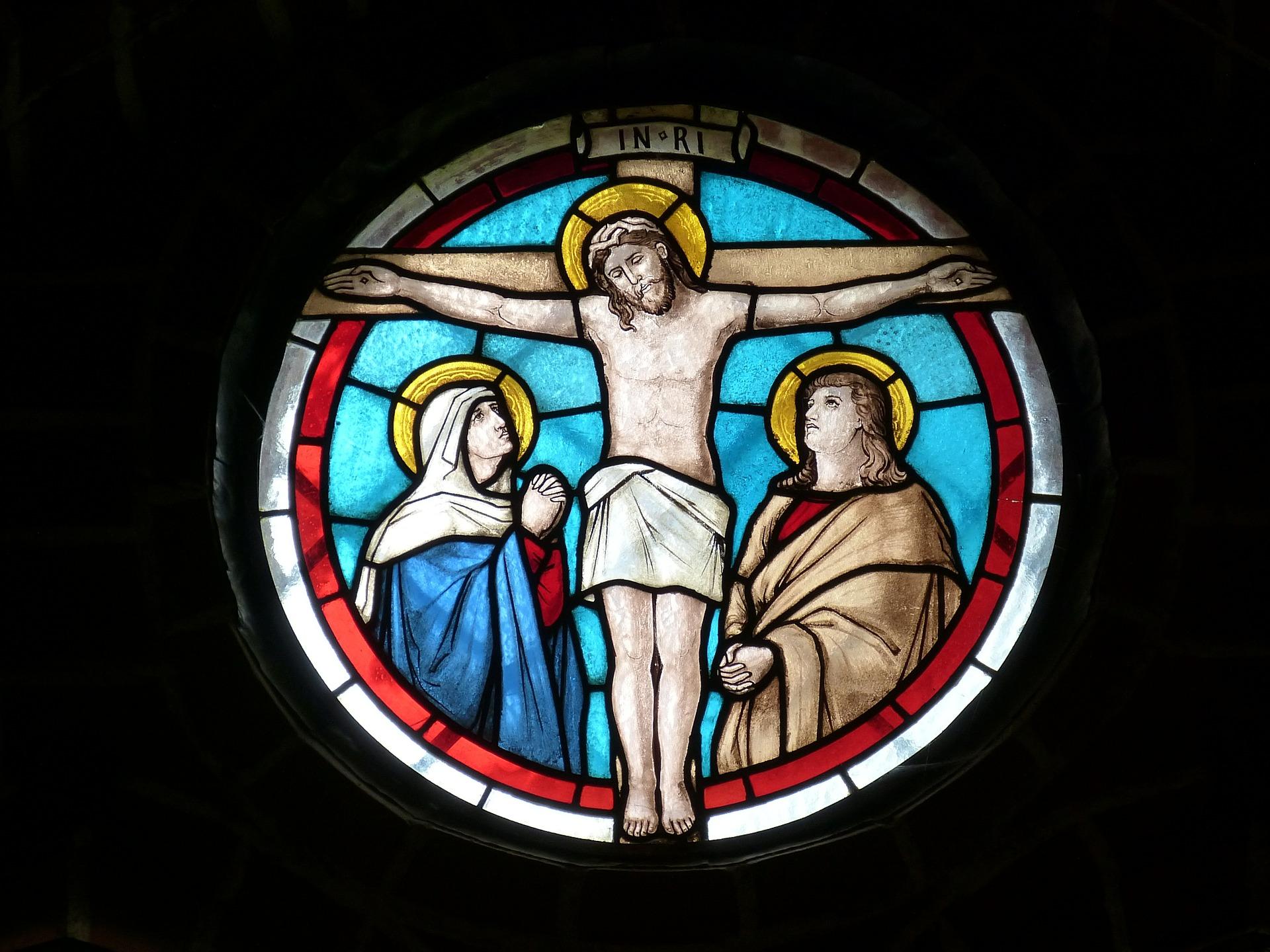 Jezus Chrystus na krzyżu - witraż kościelny