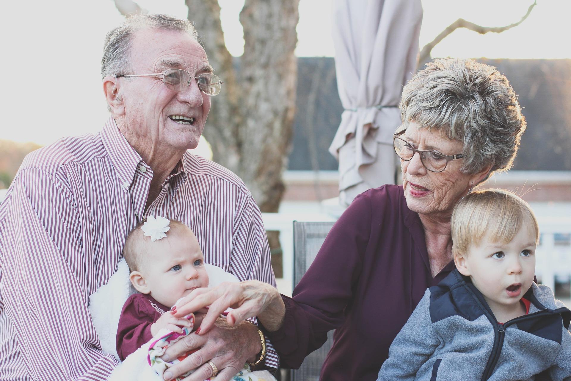 dziadkowie razem z wnukami