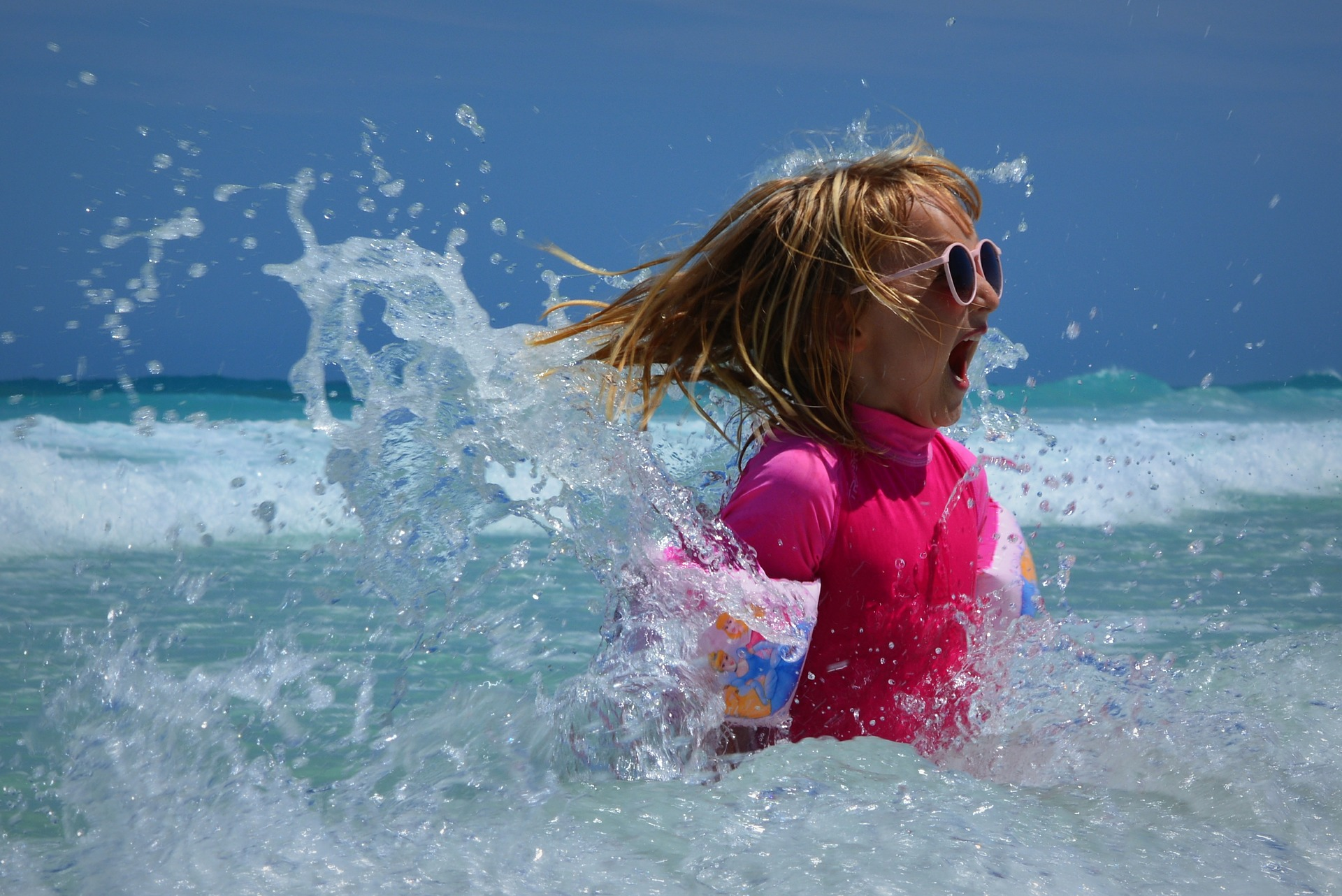 dziewczynka w morzu
