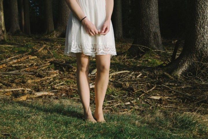 Stopy w trawie