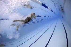 trening pływacki na basenie