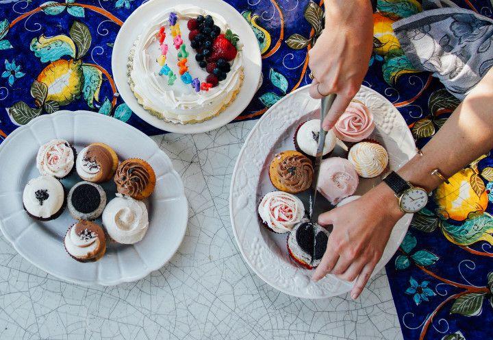 bajecznie kolorowe ciacha ciasta ciasteczka podane na talerzach