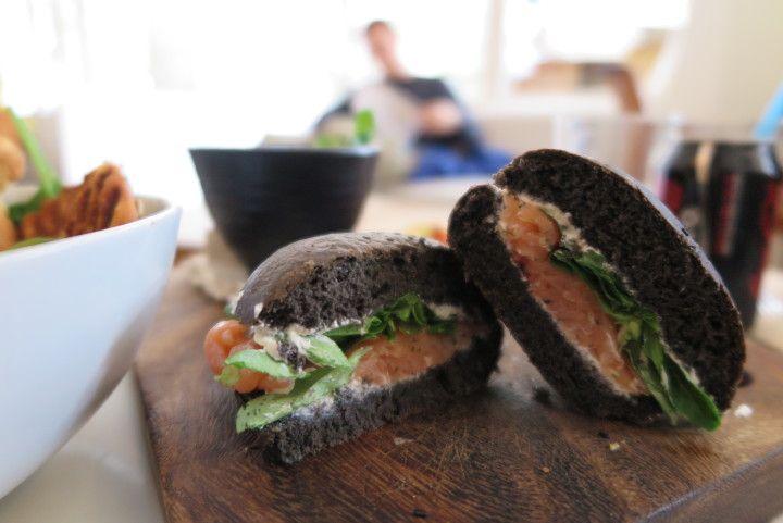 ciemne pieczywo, kanapki ze zdrowa sałata i rybą
