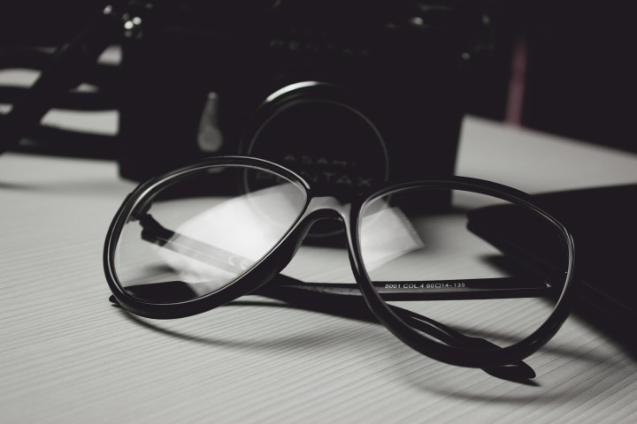 czarne okulary lezace na blacie