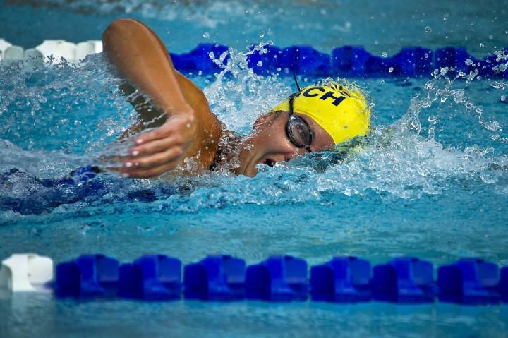 płynący kraulem mężczyzna na basenie