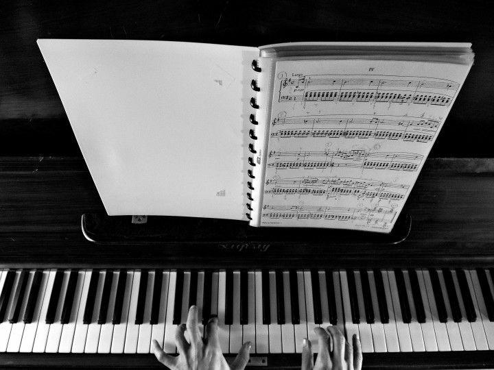 palce wirtuoza pianisty na klawiaturze fortepianu