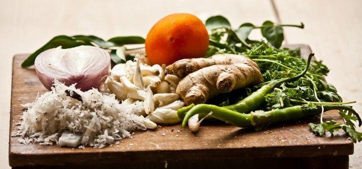 deska z warzywami i przyprawami, cebula, czosnek i imbir