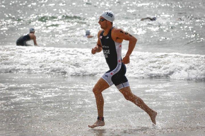 mężczyzna wybiegający z morza trenujący triathlon